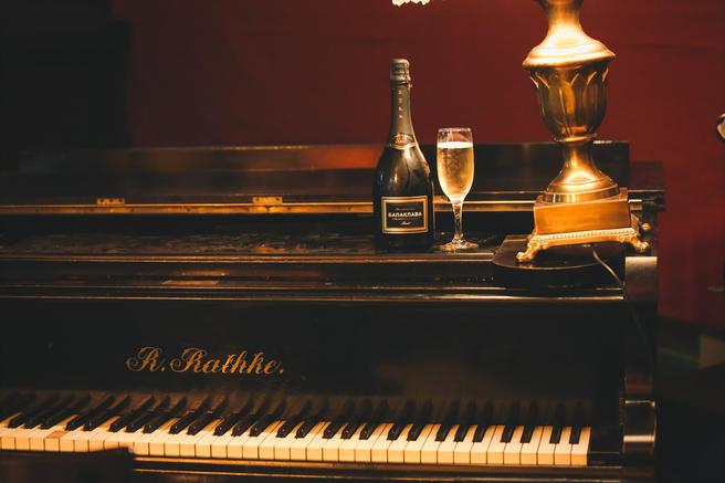 С 22 октября зрителей фестиваля немого кино и концертов в «Аптекарском огороде» будут щедро угощать крымским шампанским