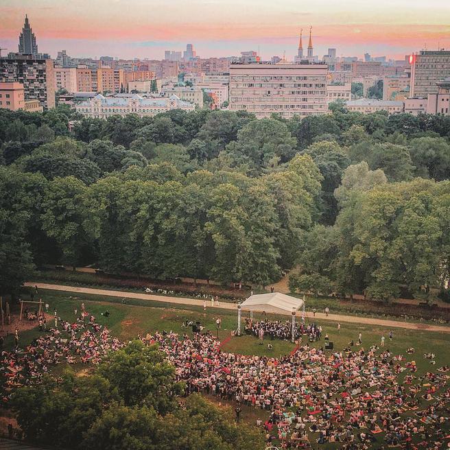 Из-за дождя Ночной классический концерт на траве в «Аптекарском огороде» перенесли на 15 июля