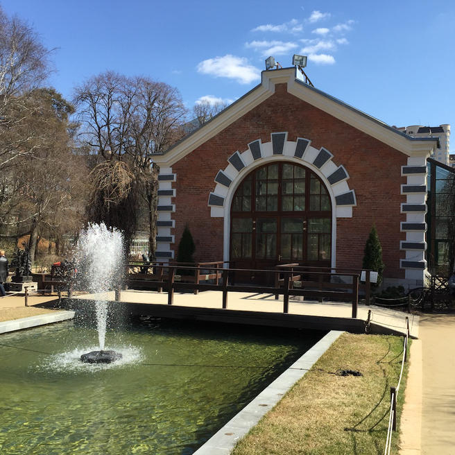 Первый в Москве фонтан заработал в «Аптекарском огороде» 20 апреля